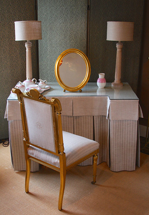 Mirrored Vanity Table And Stool: Vanity Table, Chair And Mirror